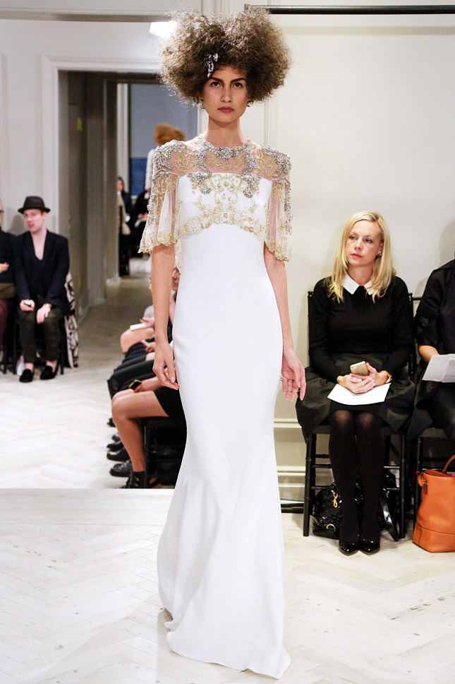 Badgley Mischka, акцент на плечи